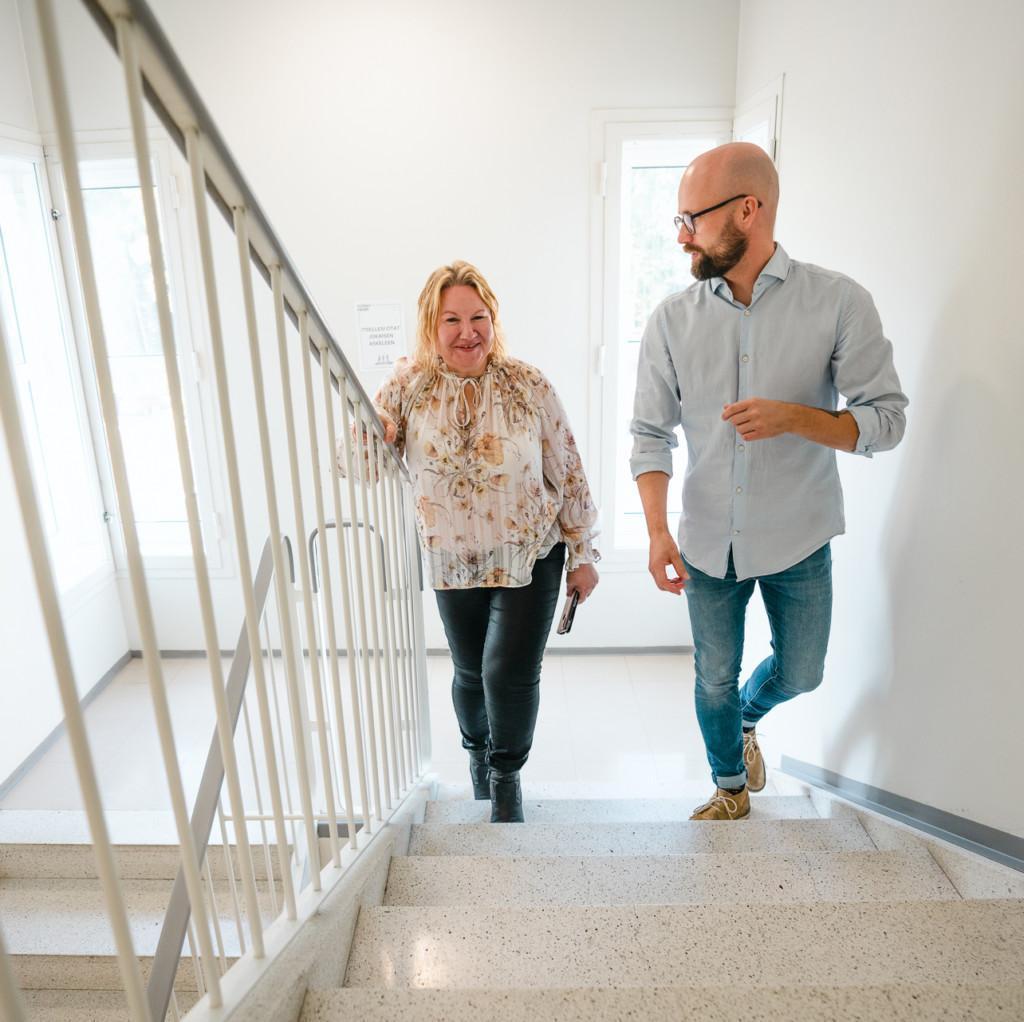 Nainen ja mies kävelevät ylös portaita.